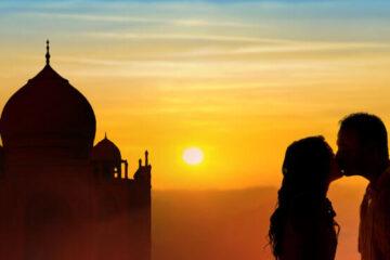 couple in front of taj mahal kissing