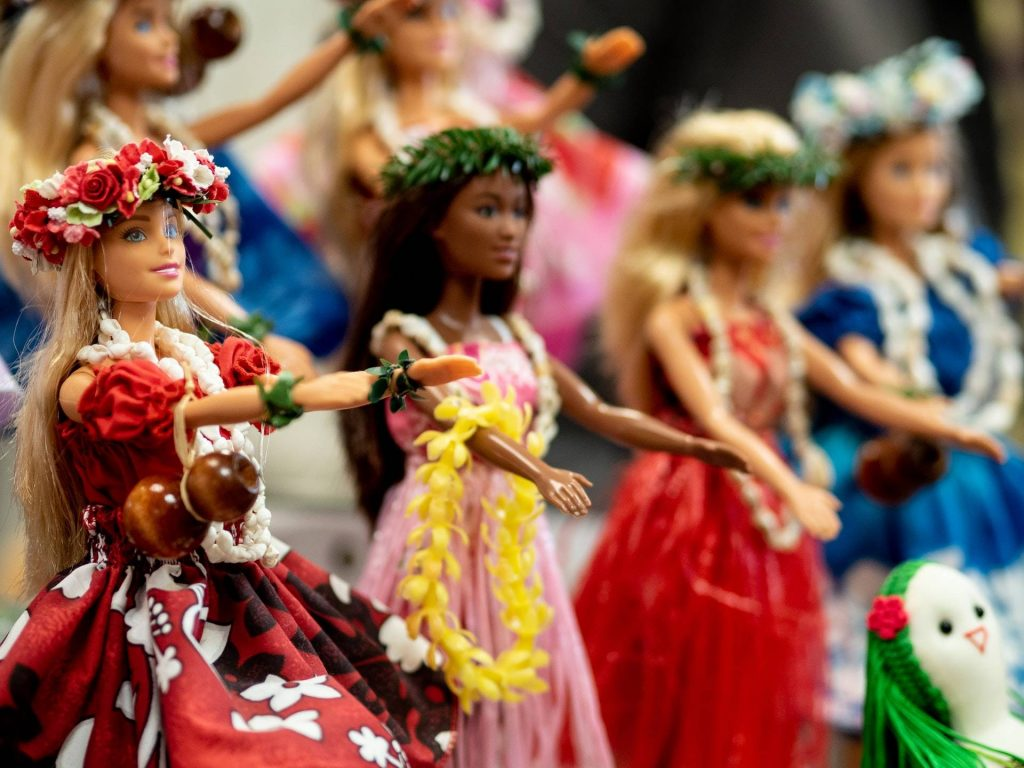 Dolls dressed in Hawaiian traditional outfit